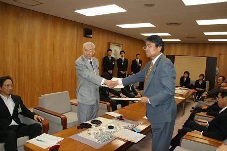 板谷会長と山出市長による固い握手でスタート