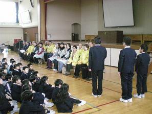 児童代表から感謝の言葉と文集の贈呈が・・・