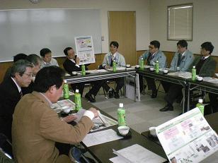 県地域連携沿道環境創出事業の詳細説明を受ける