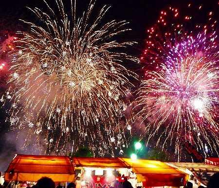 695px-Nishi-Nippon_Ohori_Fireworks_Festival_2009.jpg