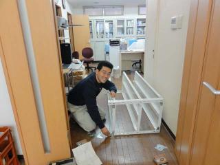 事務所の棚を組み立てる てっちゃん