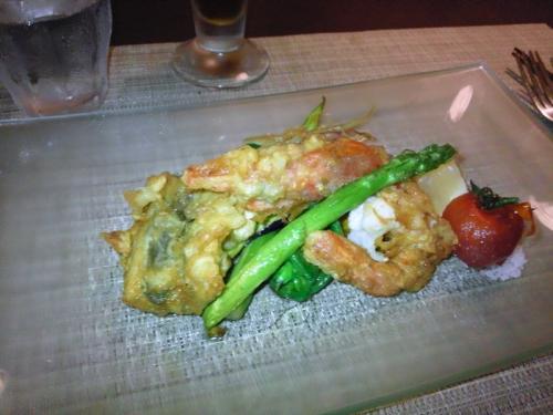メインの 夏野菜と魚と海老のフリッター