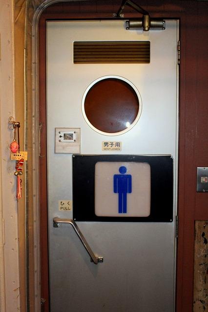 6トイレのドアは新幹線0系のもの