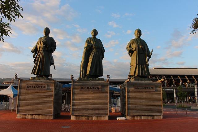 12駅前銅像
