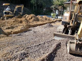 根切(土を掘り)、砕石を敷き込んでいます。