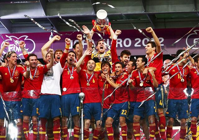 ユーロ2012 スペイン代表 優勝 記念写真 イタリア代表 シャビ イニエスタ フェルナンド トーレス カシージャス 画像