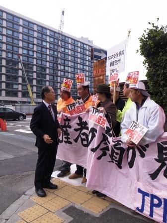 写真 111110 議員会館前TPP参加反対座り込み激励 畜産家R0014515