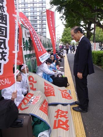 写真 111110 議員会館前TPP参加反対座り込み激励R0014501