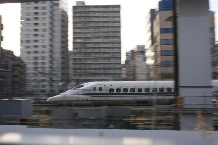 汐留駅付近を走る新幹線