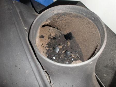 薪ストーブ上部に溜まった煤(すす)