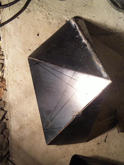 まずは屋根部分。鉄板を切り出し歪みに注意しながら溶接していきます。