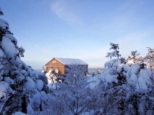 小14-山頂から小屋を見る1
