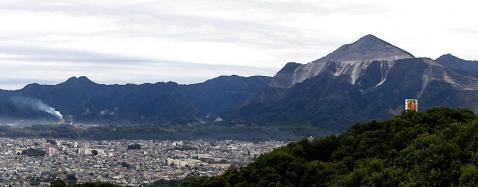 武甲山と秩父市街地