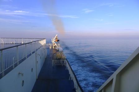 船の窓から朝