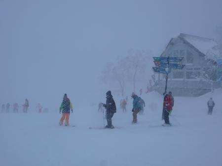 山頂は猛吹雪~