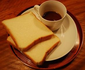 コーヒーとパン2枚