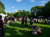 会場の芝生広場へ