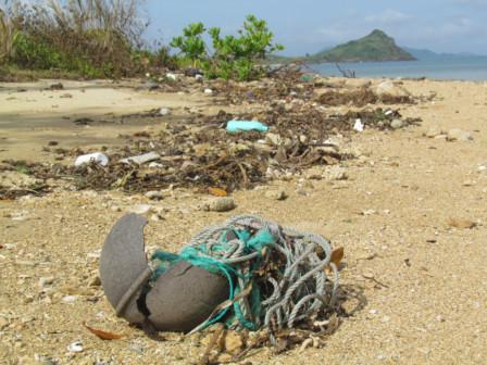 浜のゴミ散乱