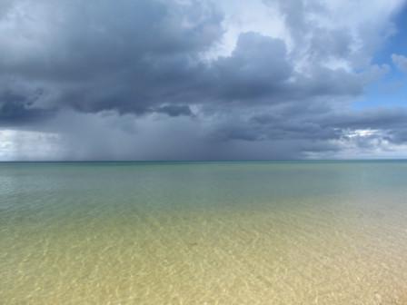 灰色雨雲と浜