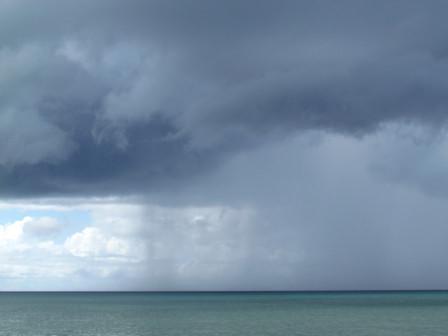 灰色雲の下大雨