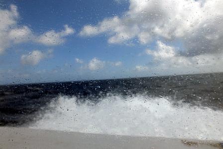 鳩間行き船中波しぶき