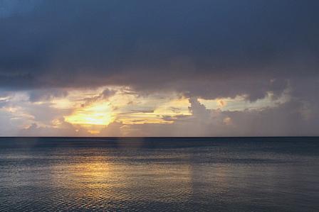 7月22日19時36分雲の穴に夕陽