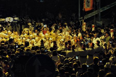 ツナヌミン前の街頭踊り