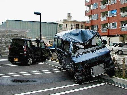 台風13号つぶれた車