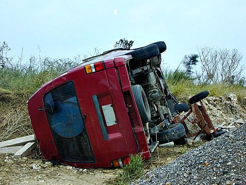 台風13号転倒車