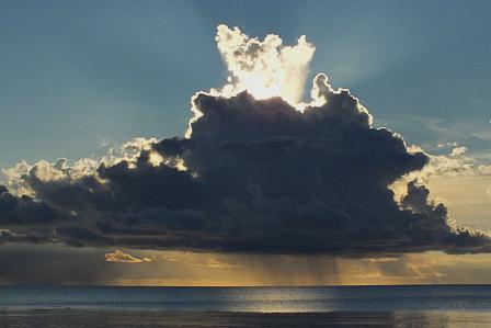 9月12日18時22分 逆光雲