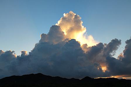 9月13日6時39分 朝の逆光積乱雲