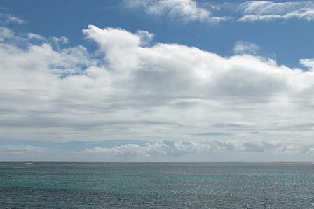 エメラルド緑の海と空