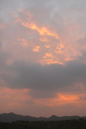 曇天の朝焼け