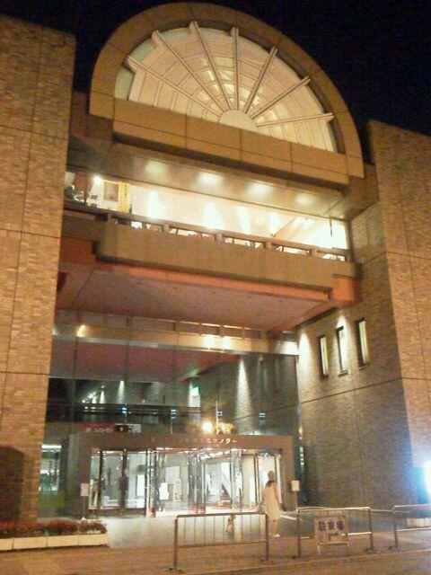 江戸川区総合文化センターの夜の様子。楕円形の屋根