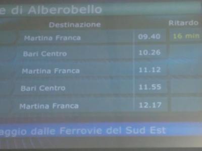 チステルニーノ行き電車が遅れるという掲示板