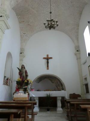チステルニーノのサンタ・キアーラ教会内部