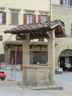 アレッツォ グランデ広場の井戸