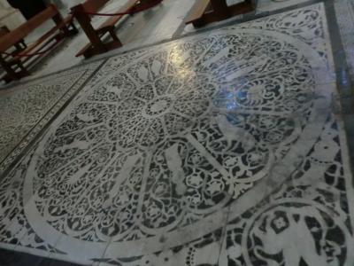 サン・ミニアート・アル・モンテ教会 床の十二星座