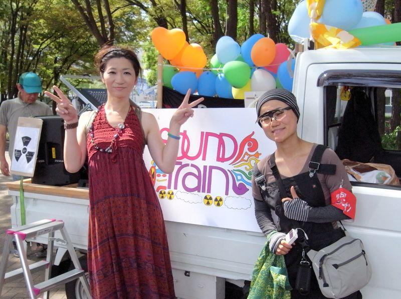 サヨナラ原発に登場したサウンドカー「サウンド・トレイン」。左がDJの安間優希さん。右は着ぐるみ活動家の、ダンゴムシまやさん
