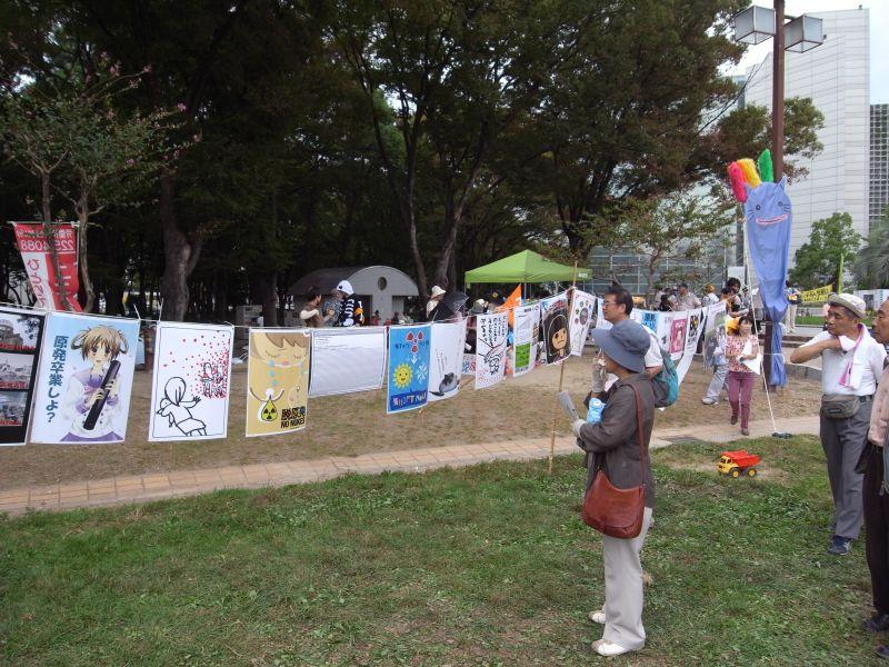 会場で行われていた「赤いつぶつぶポスター展」の様子。右隅にはLOVE&ビンボーのキャラクター「ねこなまず」も見える。