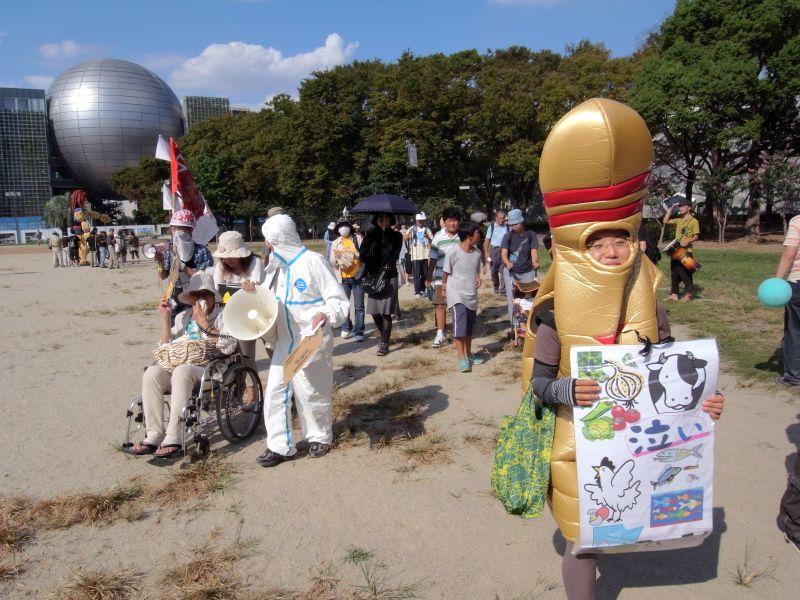 「9.19サヨナラ原発inあいち・デモ/パレード」の最後尾。着ぐるみ、革萌ヘルメット、車椅子の活動家(大野萌子さん)など、デモの最後尾らしく、一癖ある人たちが集まっている。