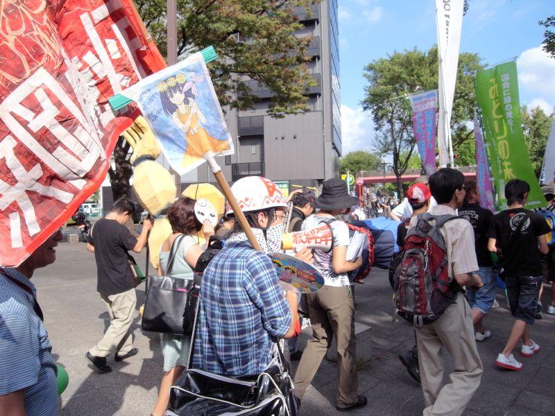 サウンドデモ最後尾。「容核主義打倒」の旗を持ったヘルメットの若者も。なかなか絵がうまい。ただし、かようなスタイルの人は彼一人だった。