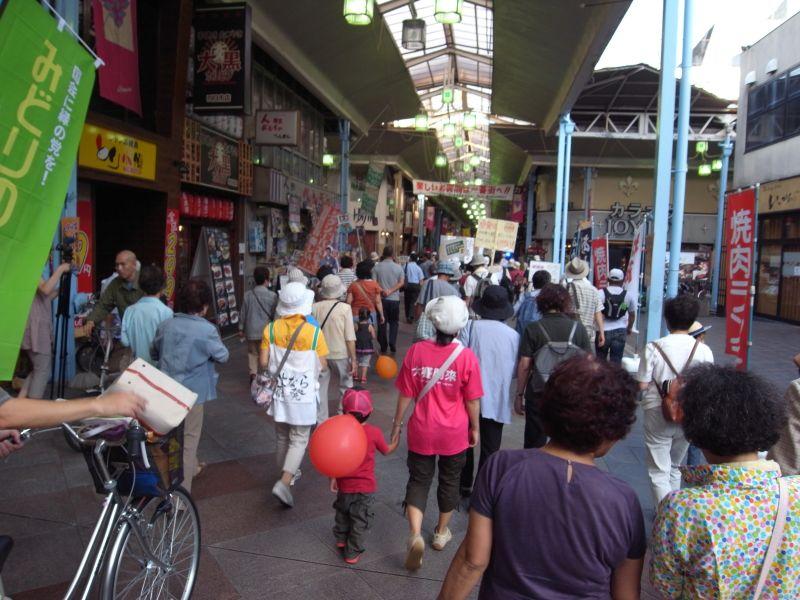 アーケード街を進むデモ隊。夕方なので買い物客もいるが、アーケード街を占拠して進む。
