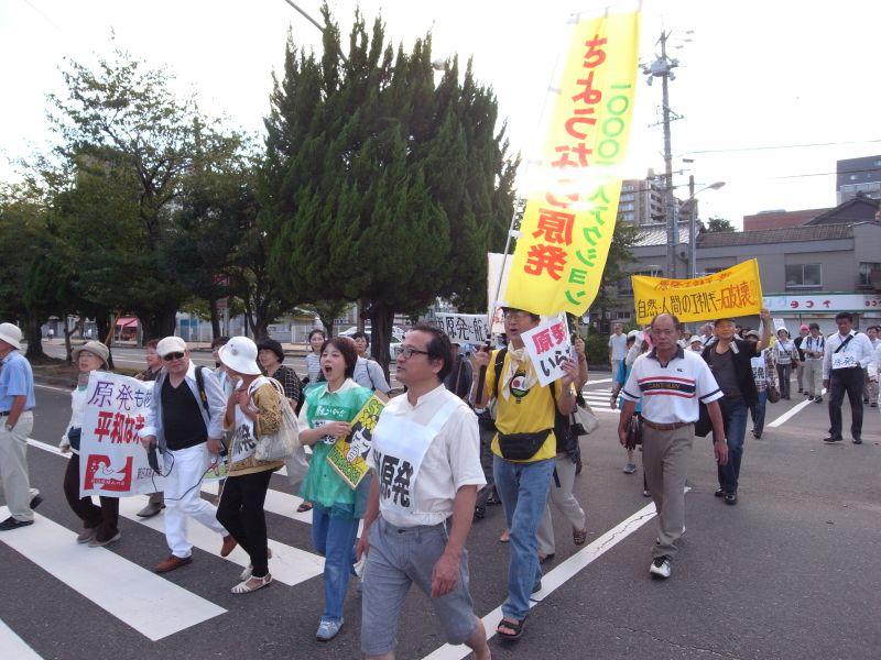 横断歩道を歩くデモ隊。四日市は人も車も少ないので警備もほとんどなかった。