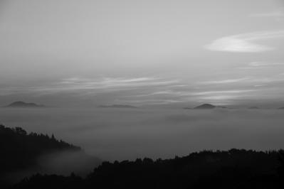 2010-09-03_EOS 7D_4487、2010.9.3.、神石高原町永野・雲海の里、「雲海と日の出」、1、モノクロ、