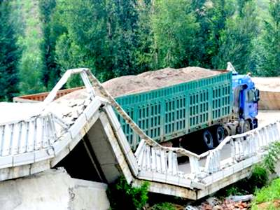 過積載のため橋が崩壊
