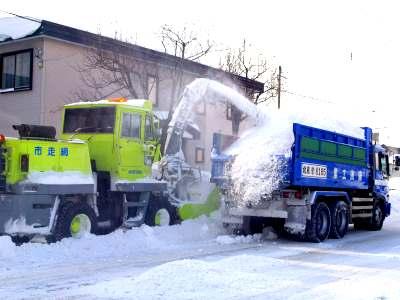 排雪トラックとロータリー除雪車