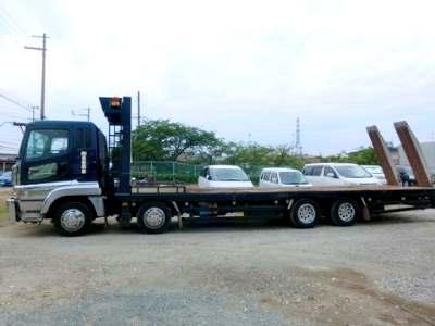 広い荷台の重機回送車