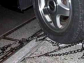 ハンドルを切り、タイヤの内側のフックを外す