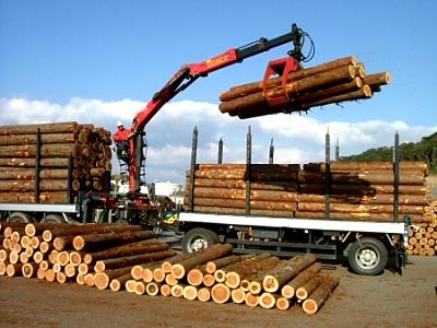 木材を積み込むユニックパル